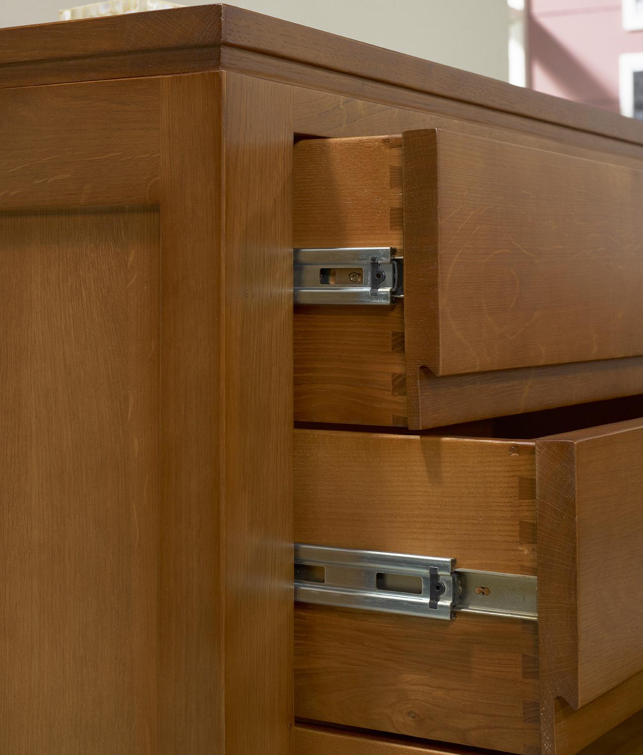 Commode 3 tiroirs en ch ne massif de style contemporain for Meuble contemporain chene massif