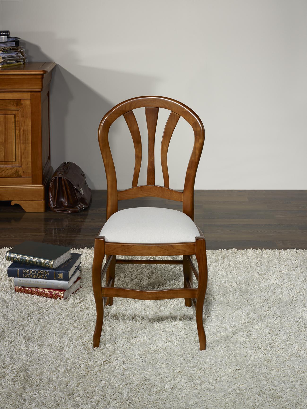 Chaise camille en h tre massif assise tissu de style louis for Chaise bercante en bois massif