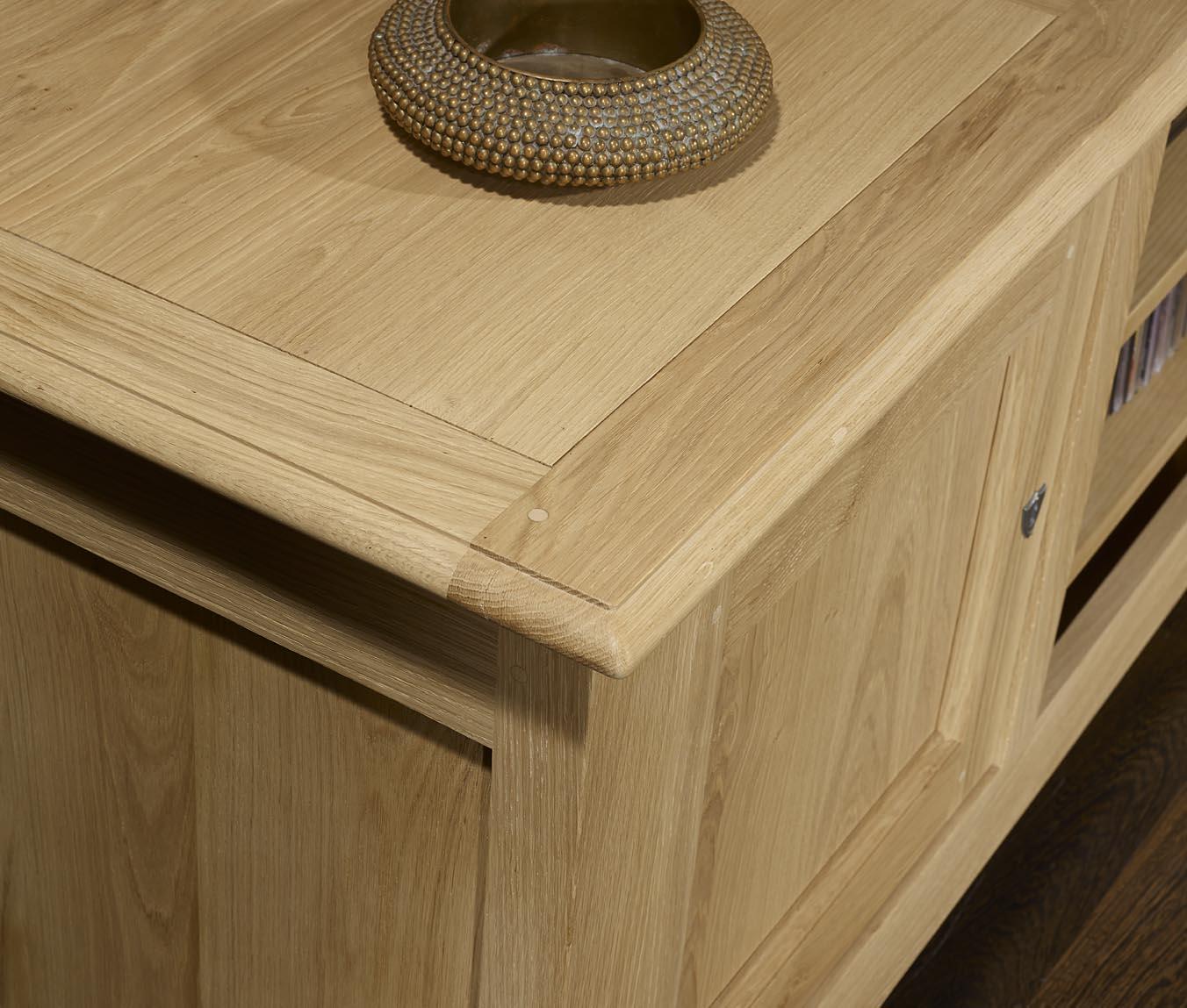 Meuble tv 16 9eme amaury en ch ne massif de style for Finition de meuble en bois