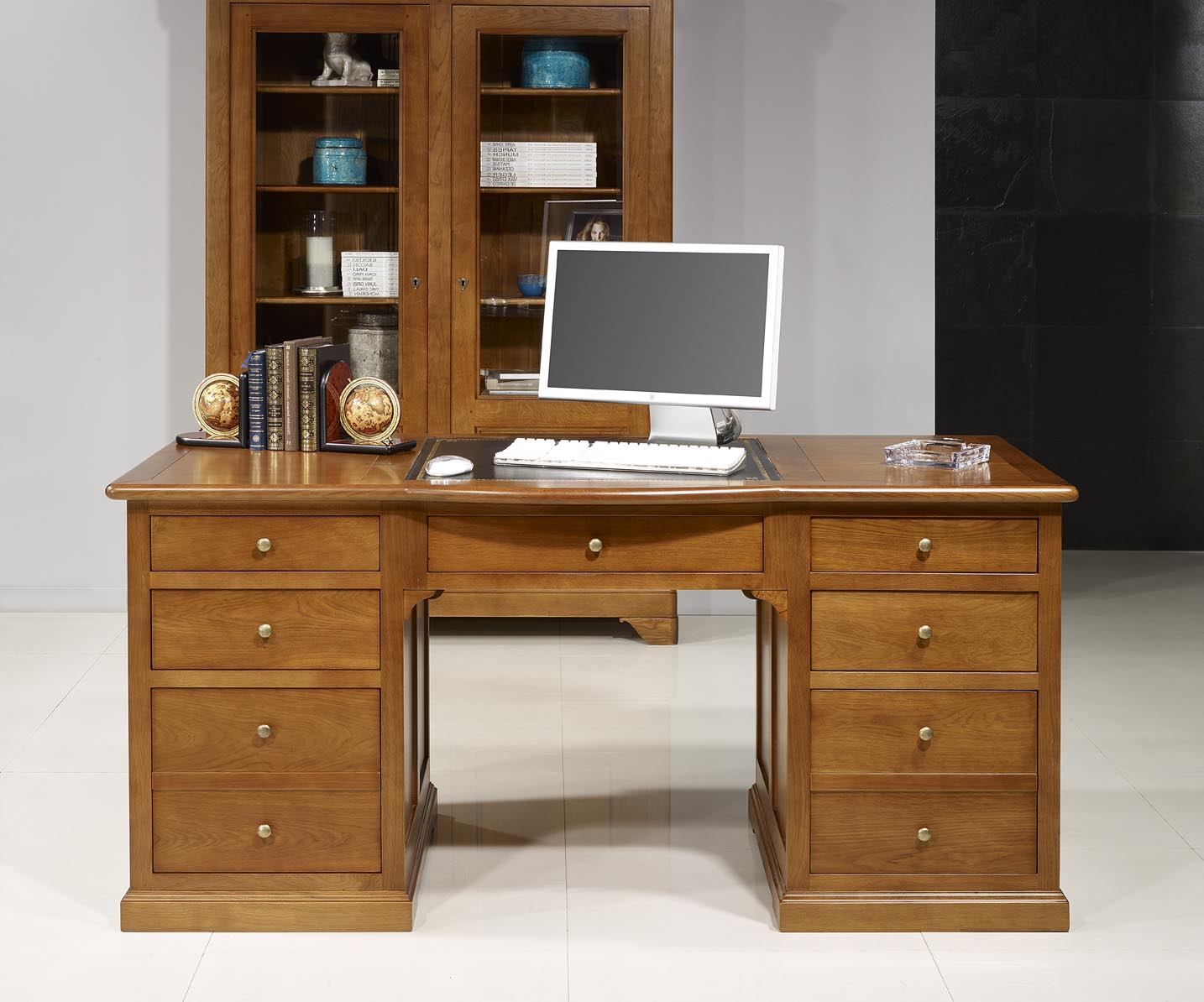bureau ministre sp cial dossiers suspendus en ch ne massif. Black Bedroom Furniture Sets. Home Design Ideas