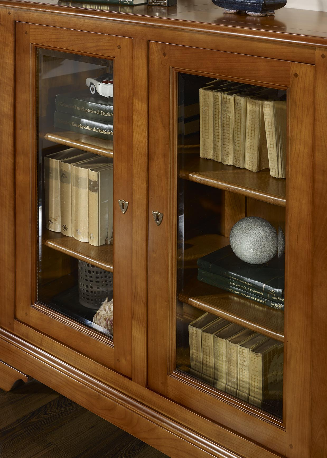 vitrine 2 portes morgane en merisier massif de style louis philippe meuble en merisier massif. Black Bedroom Furniture Sets. Home Design Ideas