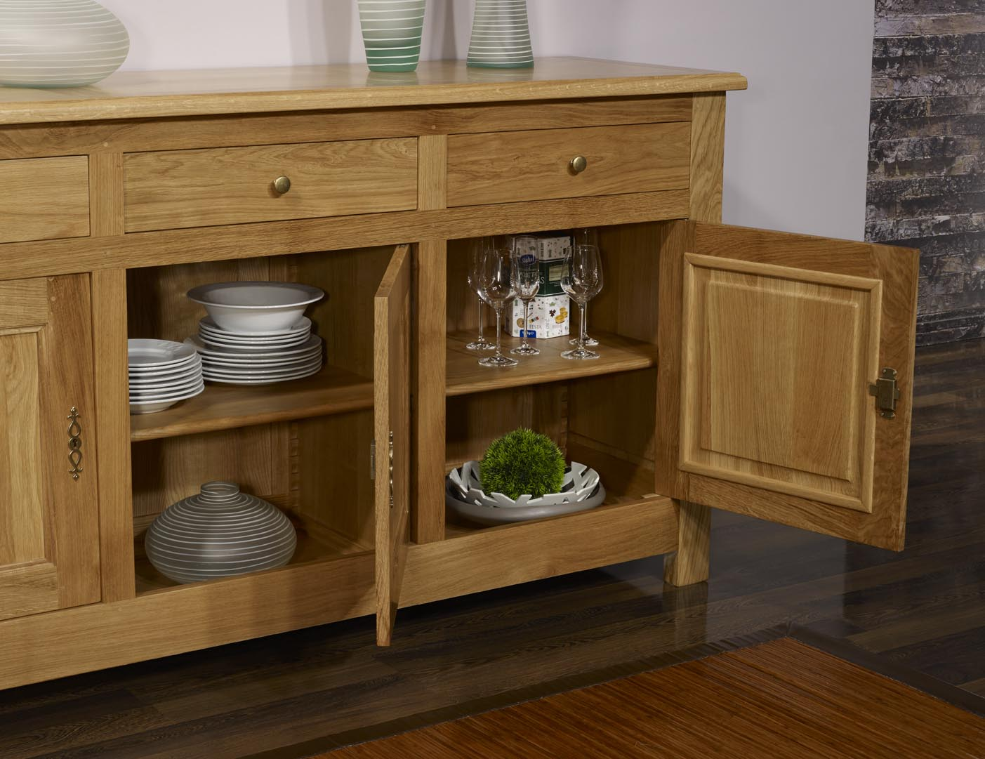 buffet 3 portes yann en ch ne massif de style campagnard finition ch ne naturel cir meuble en. Black Bedroom Furniture Sets. Home Design Ideas