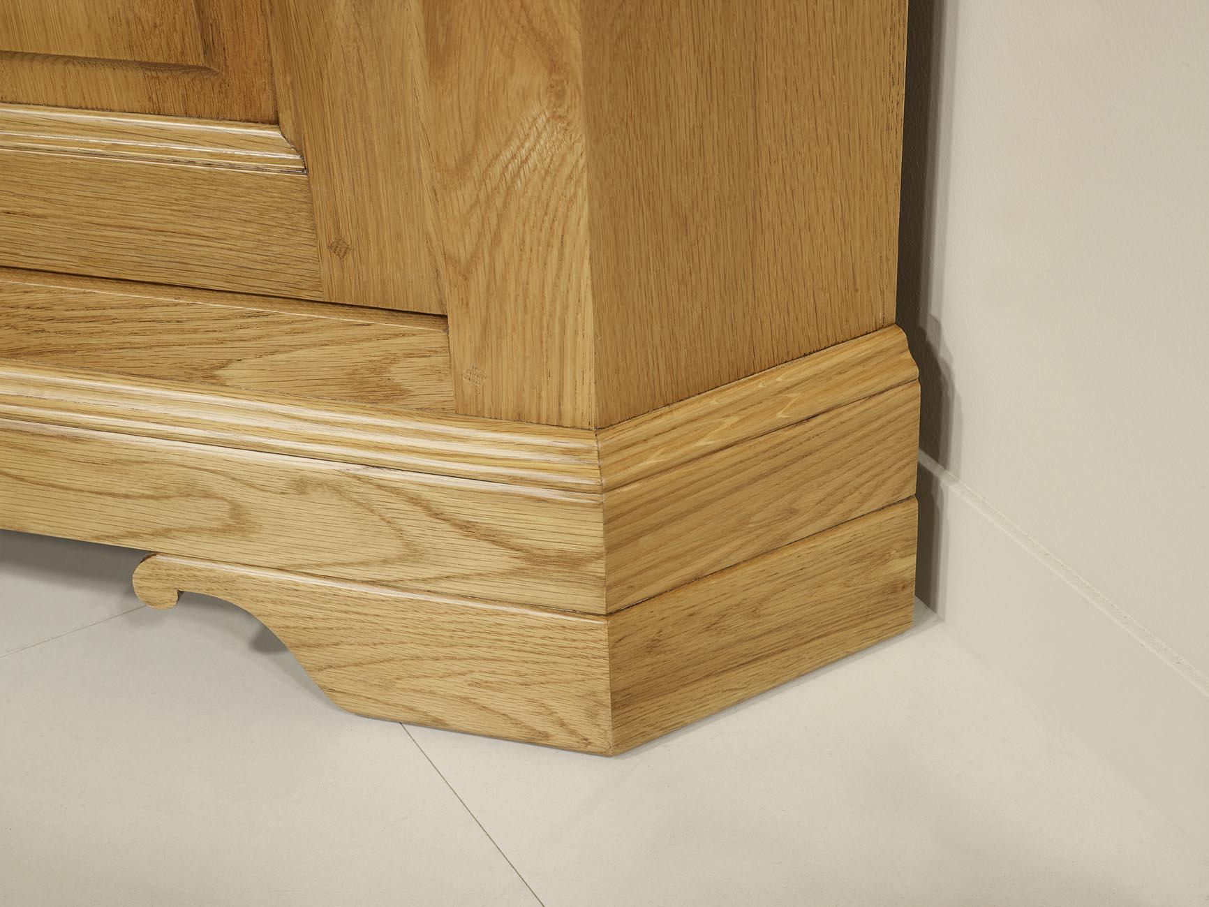 Meuble tv d 39 angle arnaud en ch ne massif de style louis for Finition de meuble en bois