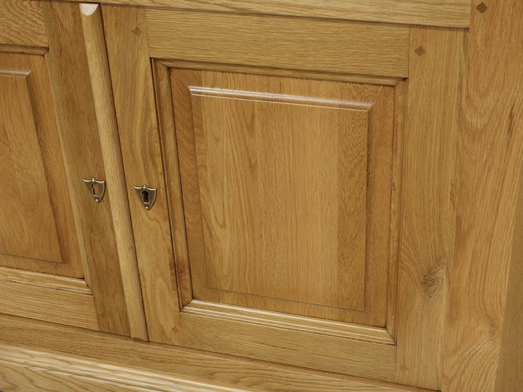 Meuble tv d 39 angle arnaud en ch ne massif de style louis for Entretien meuble chene massif
