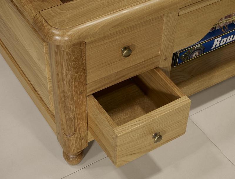 table basse jeu d 39 chec en ch ne et noyer de style louis philippe meuble en ch ne massif. Black Bedroom Furniture Sets. Home Design Ideas